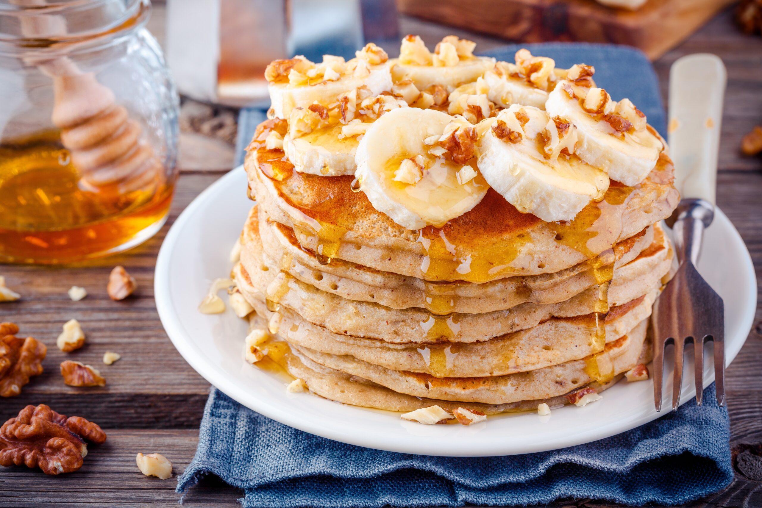 Rețetă de clătite cu banane, propunere de servire, direct pe blatul din bucătărie
