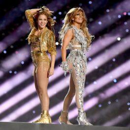 Shakira și Jennifer Lopez cântând pe scena de la Super Bowl