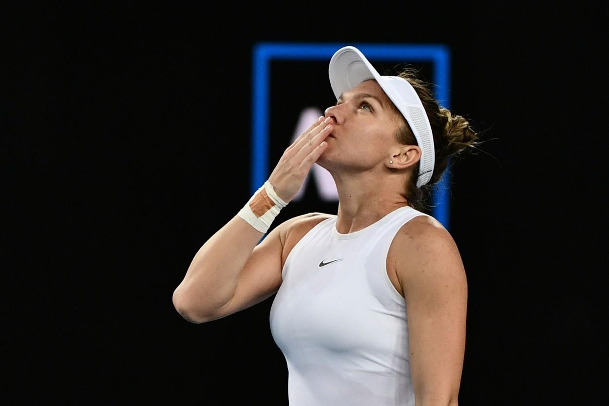 Simona Halep face un gest de mulțumire pe terenul de tenis