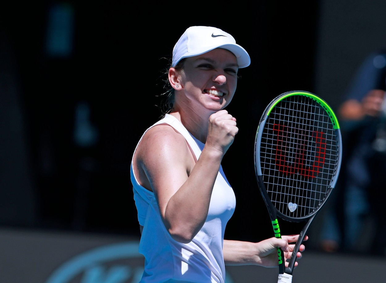 Simona Halep face un gest de victorie cu pumnul strâns în timpul unui meci de tenis
