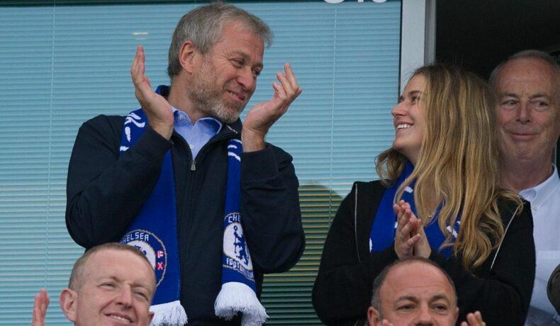 Sofia Abramovich, bucuroasă, alături de tatăl ei la un meci de fotbal
