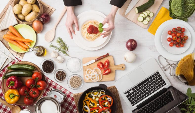 O masă de bucătărie plină cu ingrediente pregătite pentru a te ajuta să fii un chef în bucătăria ta