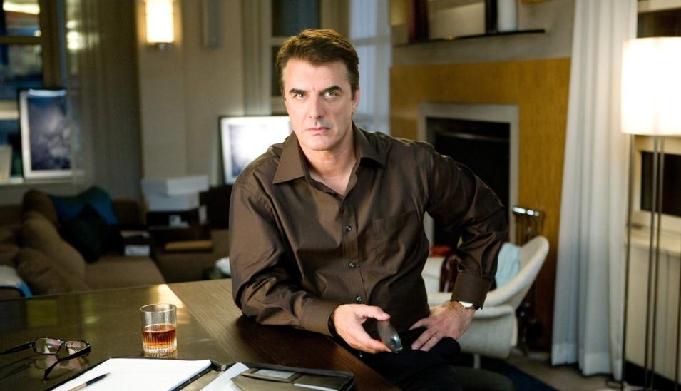 Chris Noth în rolul lui Mr. Big îmbrăcat în cămașă în biroul lui