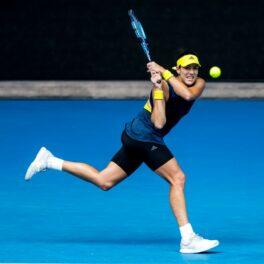 Garbine Muguruza într-o rochie 2 în 1 la Australian Open 2021
