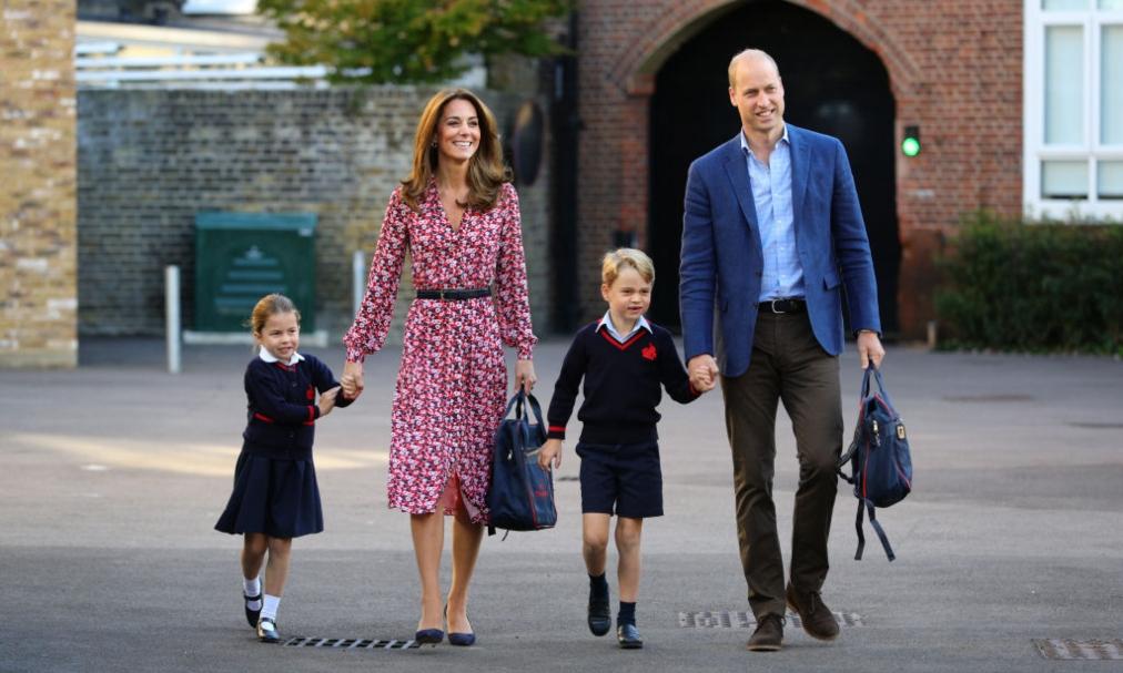 Kate Middleton și Prințul William își țin copiii de mână în fața școlii