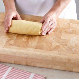 Aluat fraged pentru plăcintă cu mere, modelat într-un rulou