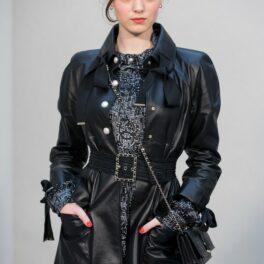 Anamaria Vartolomei, la o prezentare de modă a casei Chanel, îmbrăcată într-o ținută all black, din piele