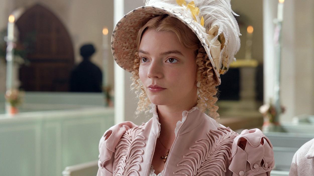 Anya Taylor Joy îmbrăcată în costumație de epocă în producția Emma