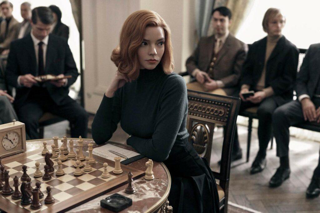 Anya Taylor Joy în rolul lui Beth Harmon în Quenn's Gambit