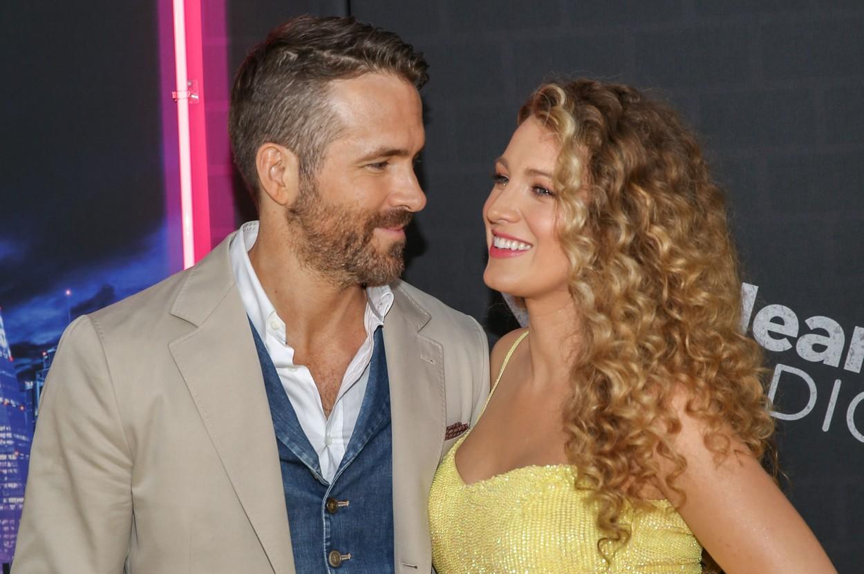 Blake Lively și Ryan Reynolds își zâmbesc unul altuia pe covorul roșu