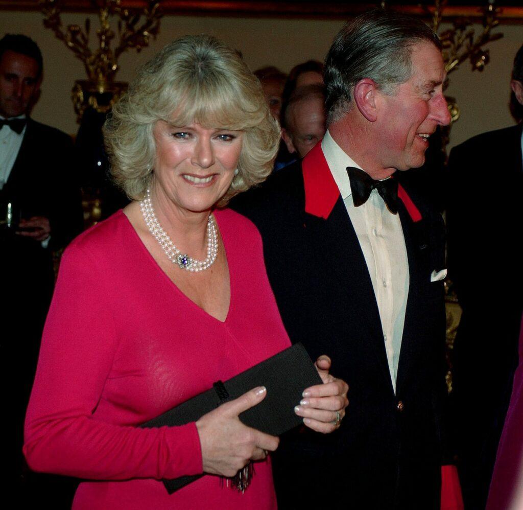 Camilla Parker îmbrăcată cu o rochie roz la un eveniment alături de Prințul Charles
