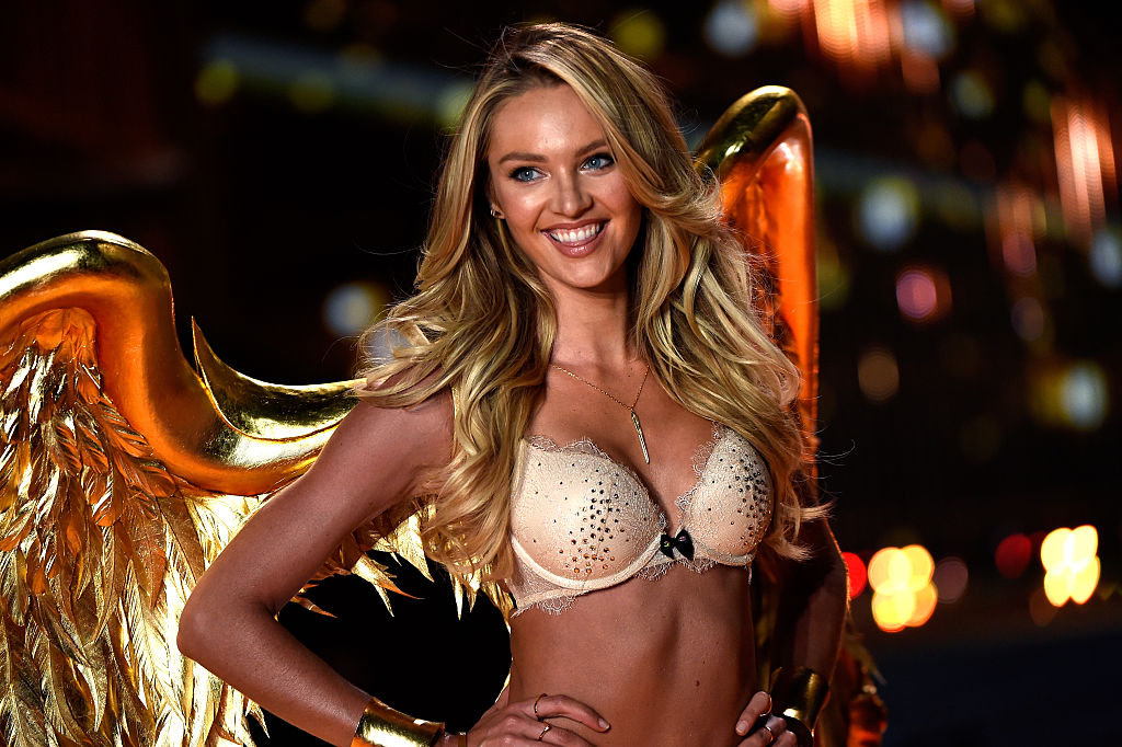 Candice Swanepoel, îmbrăcată în lenjerie intimă, într-o prezentare de modă pentru Victoria's Secret