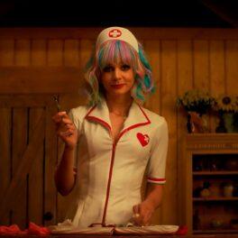Carey Mulligan costumată în asistentă medicală cu părul curcubeu în Promising Young Woman