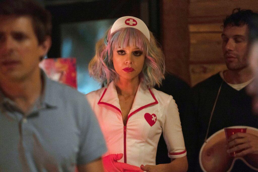 Carey Mulligan costumată într-o asistentă cu păr culorat și machiaj strident