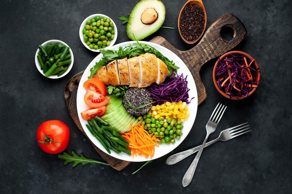 O imagine cu ce să mănânci la cină care conține produse sănătoase cum ar fi peștele și legumele