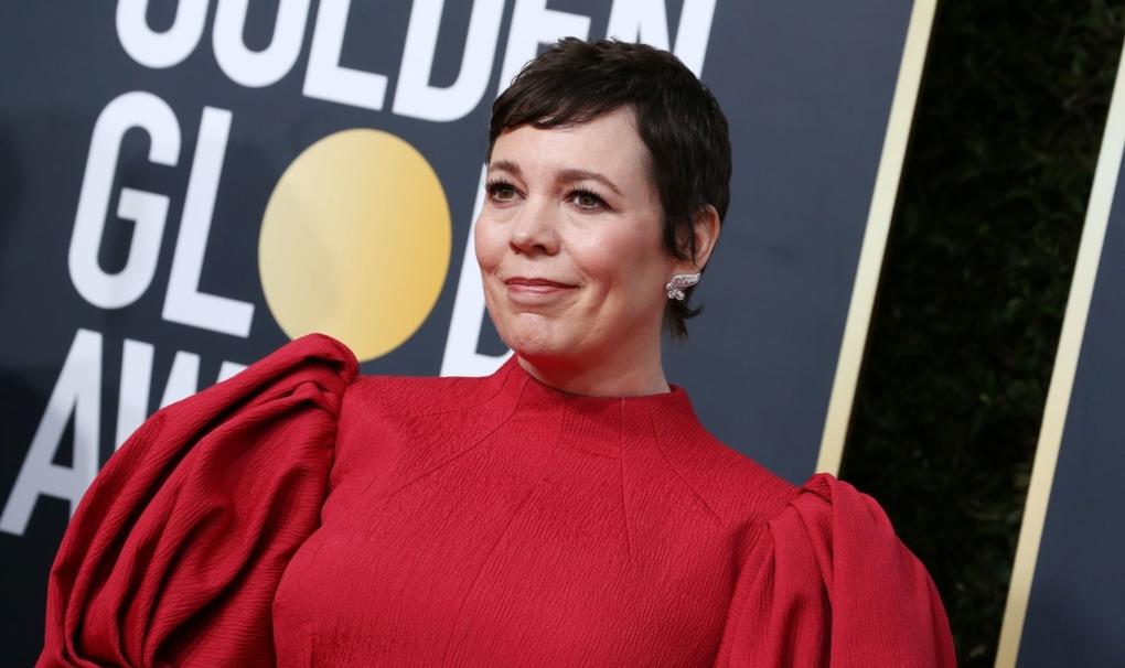 Olivia Colman într-o rochie roși pe covorul roșu la Globurile de Aur