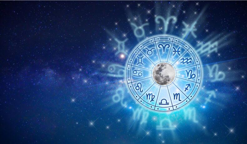 Cele mai încercate zodii în luna februarie, dispuse într-un cerc cu luna în mijloc pe fundal albastru