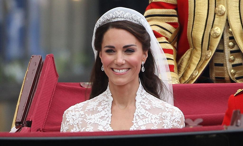 Kate Middleton la nunta ei într-o caleațcă îmbrăcată în rochie de mireasă și o tiară