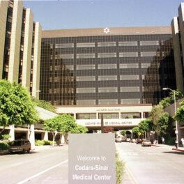 Imagine din fața centrului medical Cedars-Sinai din Los Angeles