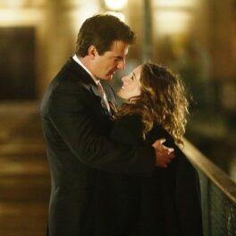 Chris Noth o îmbrățișează strâns pe Sarah Jessica Parker în timpul filmărilor pentru Sex and the City