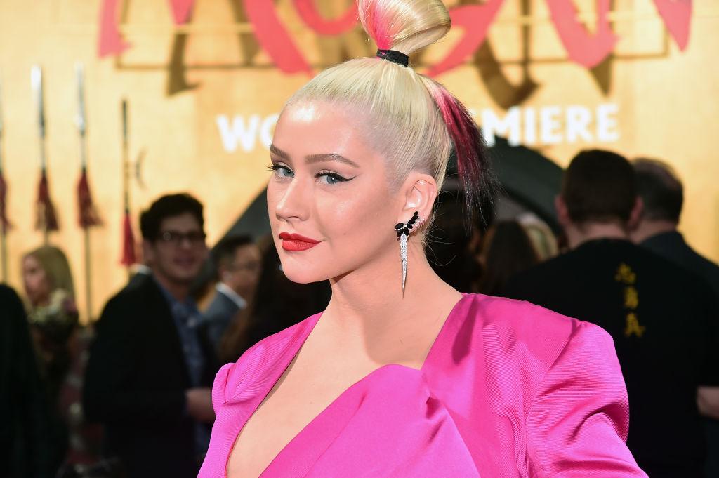 Christina Aguilera, la premiera filmului Mulan, apariție specatculoasă într-o rochie roz pe covorul roșu