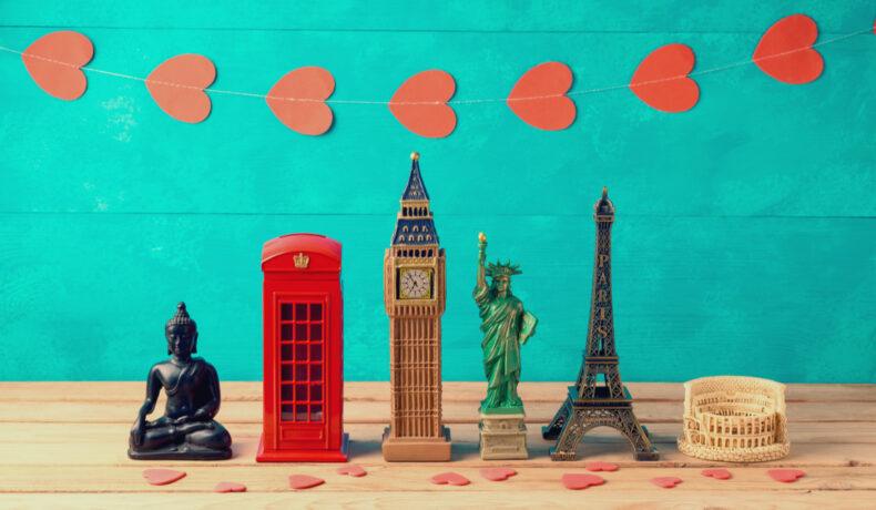 Suveniruri simbolice pentru mai multe țări: o statuetă a lui Buddha, o cabină telefonică londoneză, Big Ben, Statuia Libertății, Turnul Eiffel din Paris și Coloseumul din Roma. Toate înconjurate de inimioare.