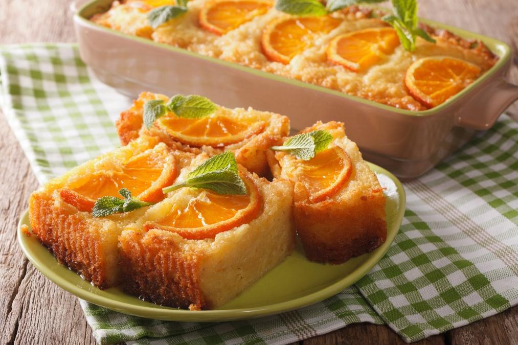 Prăjitură cu portocală pe o farfurie verde