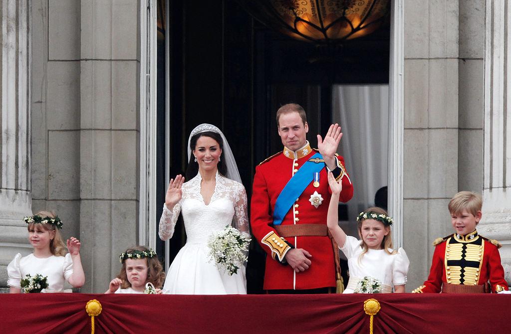 Kate Middleton și Prințul Harry salută mulțimea de la balcon în ziua nunții