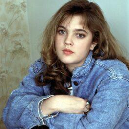 Drew Barrymore, imagine din adolescență, îmbrăcată într-o ținută din jeans