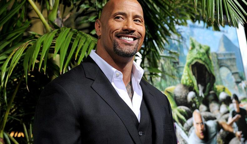 Dwayne Johnson în cosrum negru și cravată albă la premiera filmului Călătoria 2: Insula Misterioasă