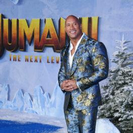 Dwayne Johnson într-un costum albastru cu flori aurii, la premiera filmului Jumanji 2