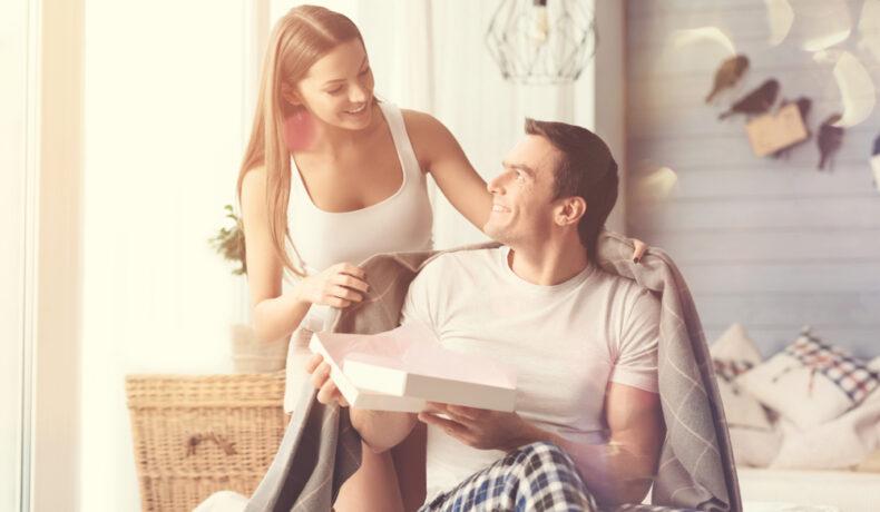 Ea îi oferă iubitului un cadou ales din acele idei de cadouri pentru Ziua Îndrăgostiților