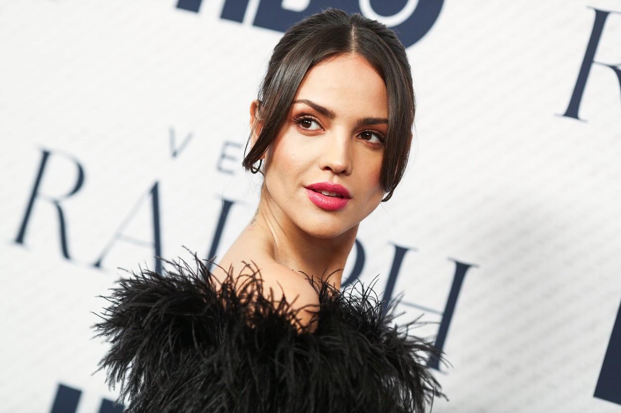 Eiza Gonzalez, la premiera filmului Very Ralph, de la Los Angeles, îmbrăcat- într-o rochie neagră, cu pene