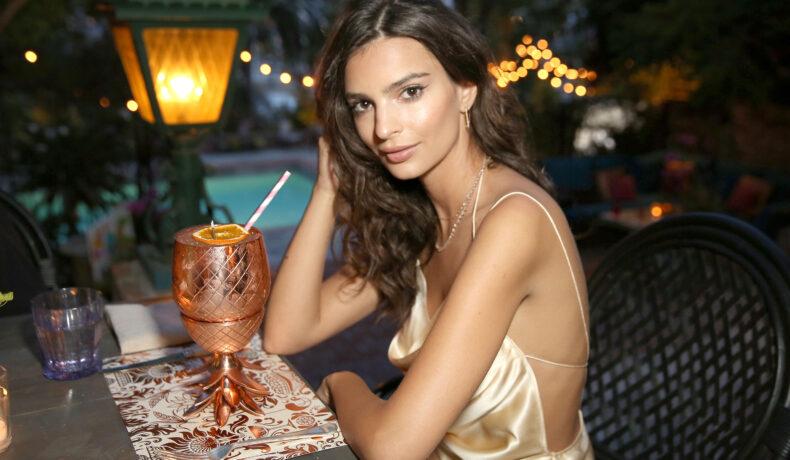 Emily Ratajkowski, la restaurant, îmbrăcată într-o rochie cu spatele gol, de culoare bej