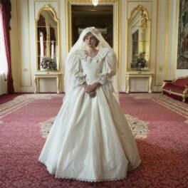 Emma Corrin îmbrăcată în rochia de mireasă a Prințesei Diana