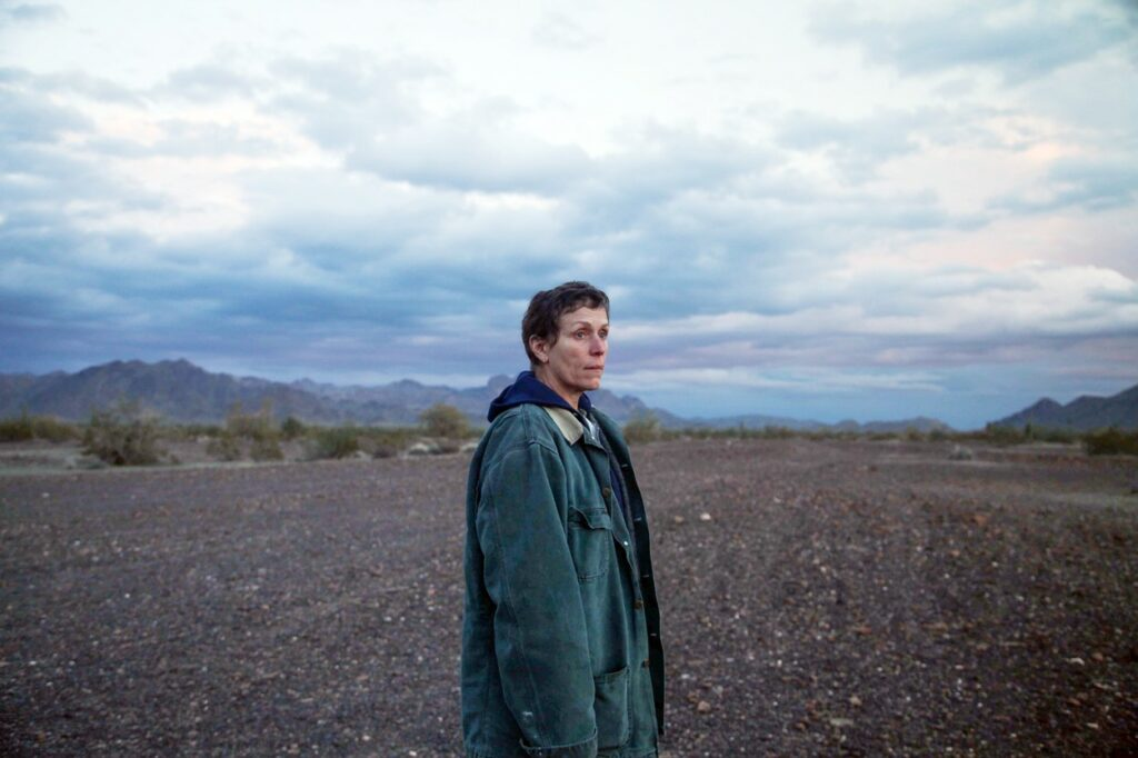 Frances McDormand singură pe un câmp din Nevada în Nomadland