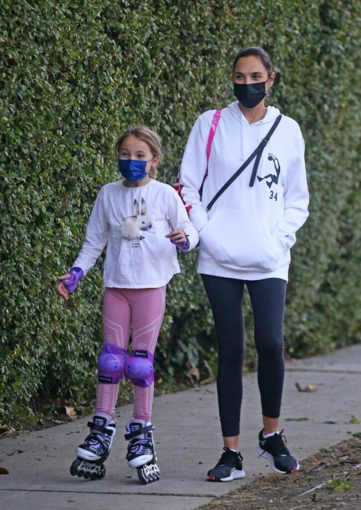 Gal Gadot și Alma au fost pozate împreună, la o plimbare în parc