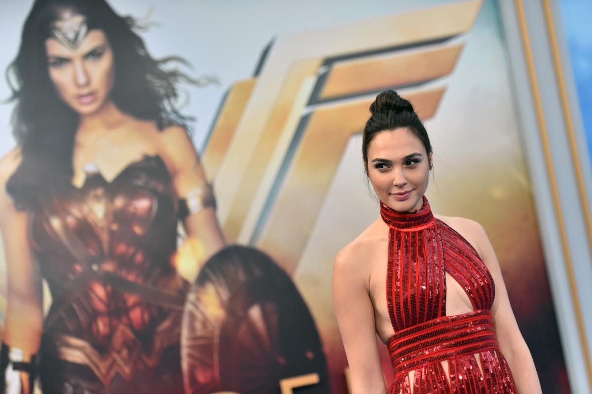 Gal Gadot, la premiera filmului Wonder Women, îmbrăcată într-o ținută elegantă și sexy, de culoare roșie