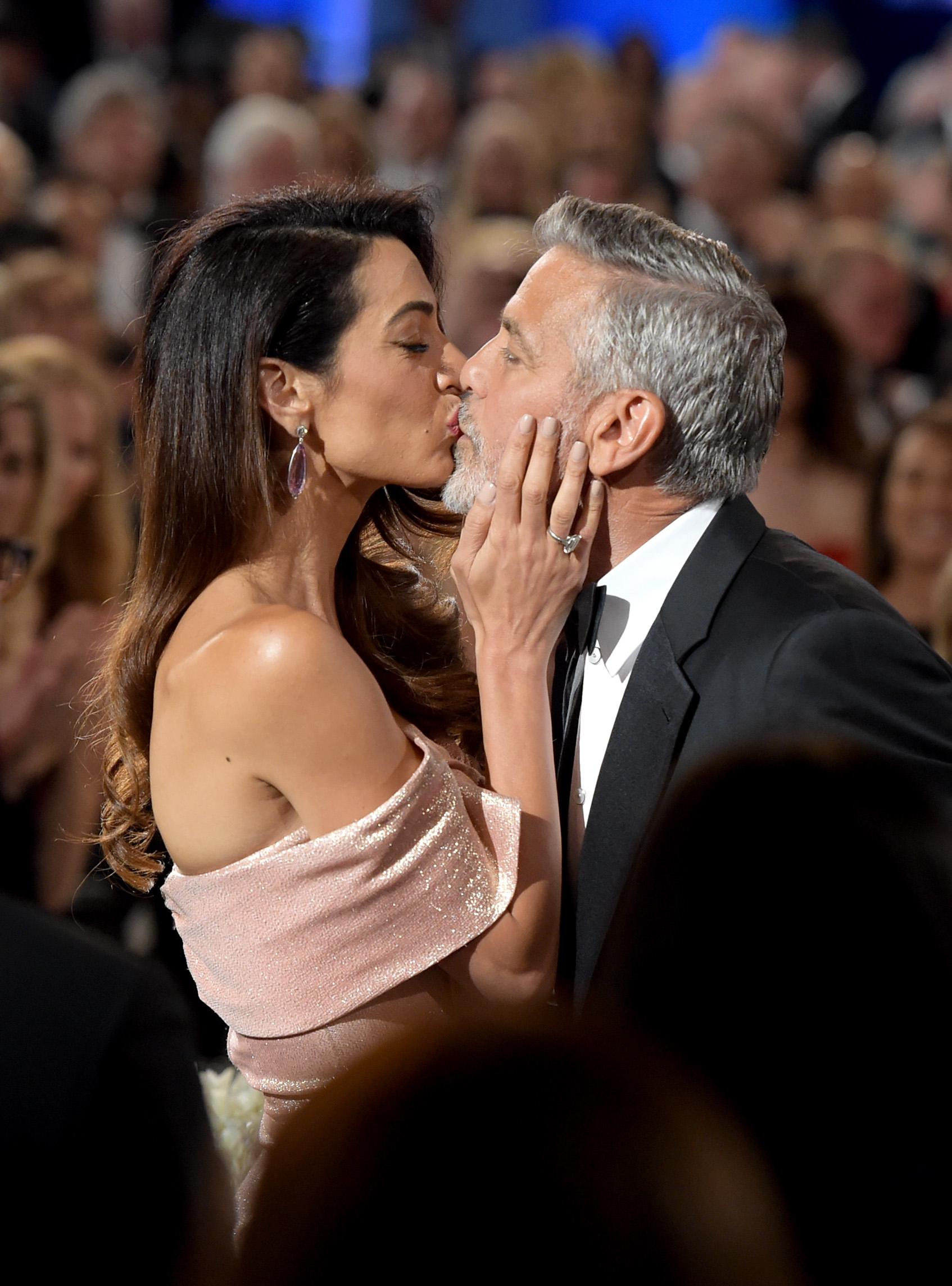 George și Amal Clooney, susprinși în timp ce se sărută la Festivalul American de Film în 2018