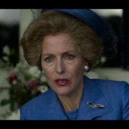 Gillian Anderson îmbrăcată cu un sacou albastru și o pălărie albastră în rolul lui Margaret Thatcher