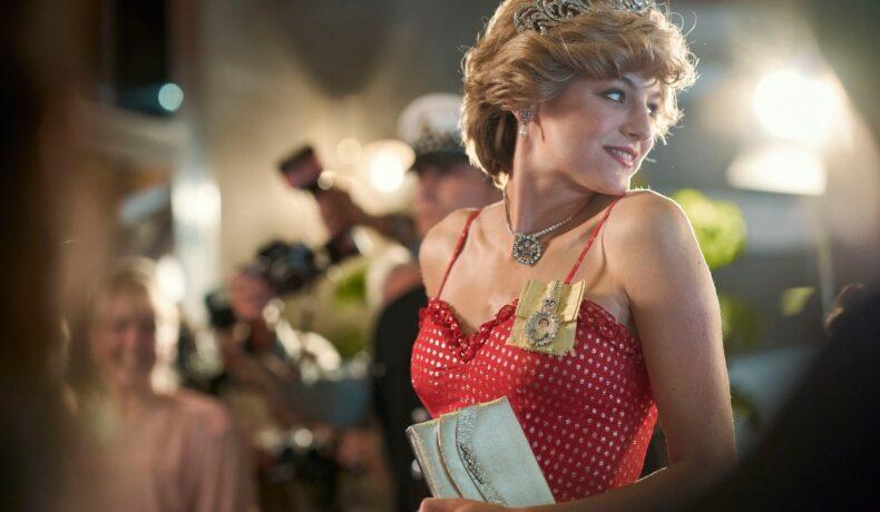 Emma Corrin în rolul Prințesei Diana îmbrăcată cu o rochie roșie