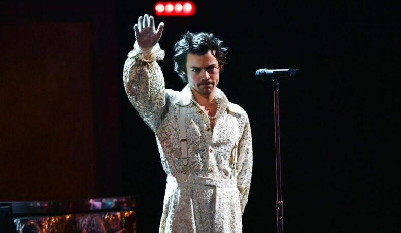 Harry Styles, pe scena BRIT Awards 2020, într-o ținută extravagantă