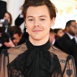 Harry Styles, cu cercel în ureche și rochie neagră, la un eveniment monden