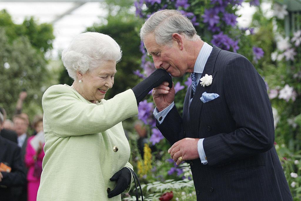 Inelul cu sigiliu al Prințului Charles prezent pe mâna sa la o întâlnire cu Regina Elisabeta