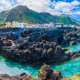 Insula Madeira cu Portul Moniz de lângă micul oraș