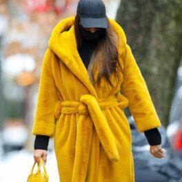 Irina Shayk a fost fotografiată pe străzile din New York într-o haină de blană, galbenă