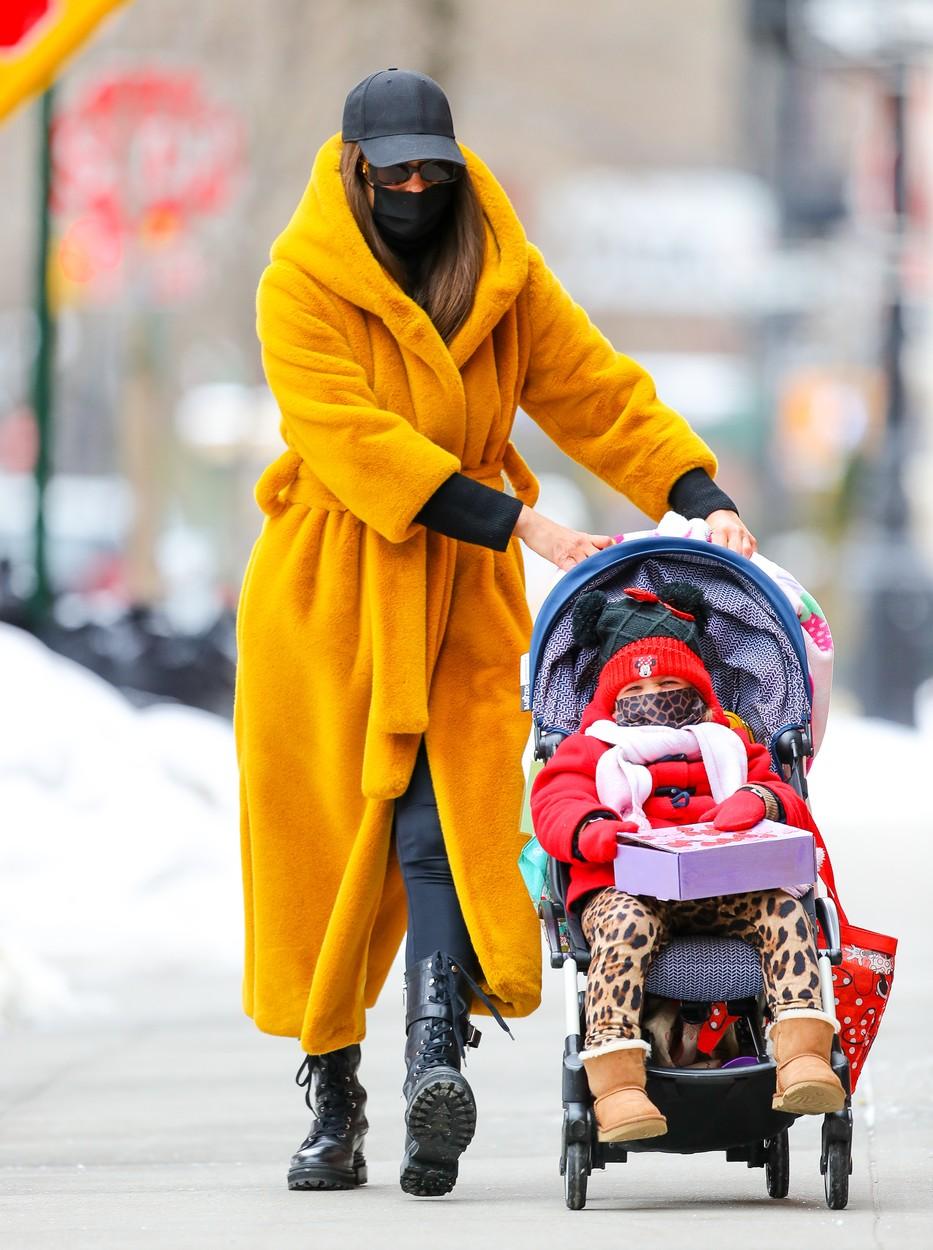 Irina Shayk împreună cu fiica sa, Lea, pe străzile din New York