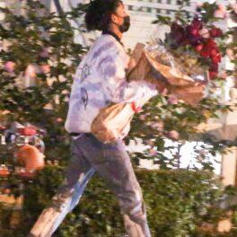 Jaden Smith îi aduce un buchet de flori Carei Delevingne