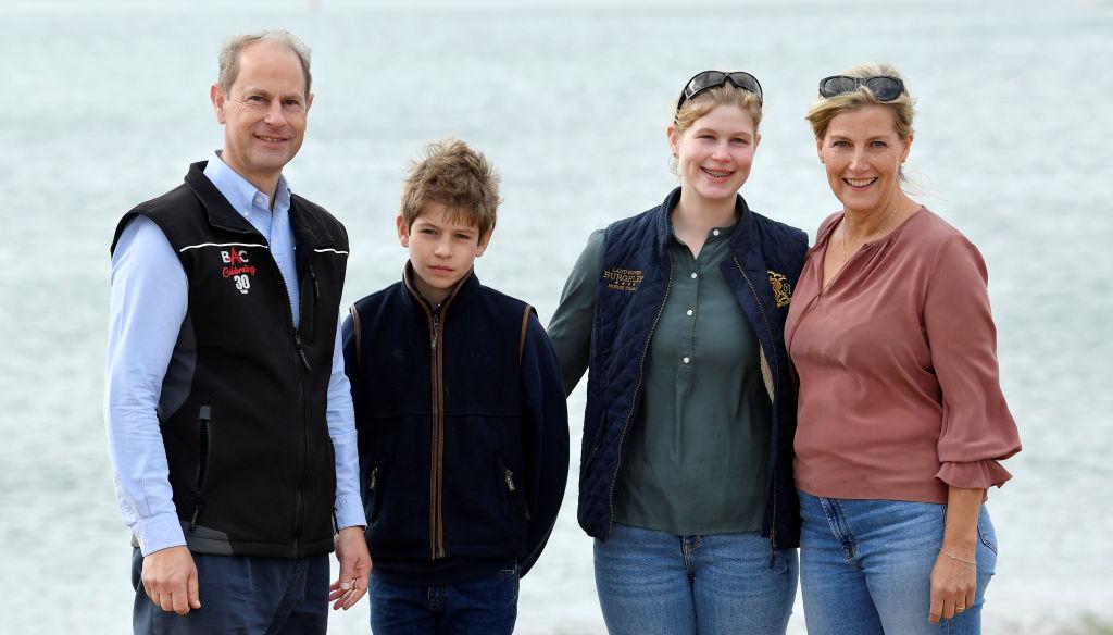 Vicontele de Severin, James, împreună cu familia