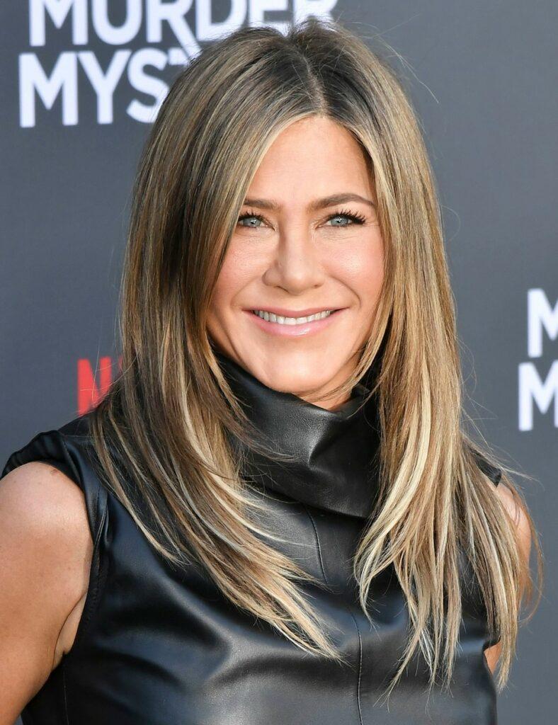 Jennifer Aniston, la premiera filmului Murder Mystery, îmbrăcată într-o rochie neagră, din piele